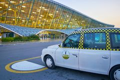 Voiture de taxi en Heydar Aliyev International Airport Photos stock