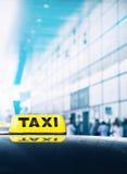 Voiture de taxi près de porte d'aéroport Photo libre de droits