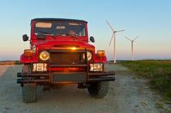 Voiture de terrain sur le coucher du soleil Photo stock