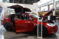 Voiture de Tesla exposée dans l'aéroport Schiphol, Amsterdam, Pays-Bas Image libre de droits