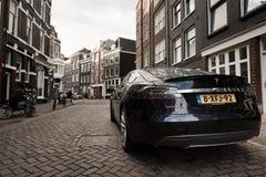Voiture de Tesla sur la rue d'Amsterdam photographie stock