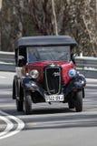 Voiture de tourisme 1937 d'Austin 7 conduisant sur la route de campagne Photographie stock