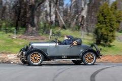 Voiture de tourisme 1926 d'Essex C conduisant sur la route de campagne Photographie stock libre de droits