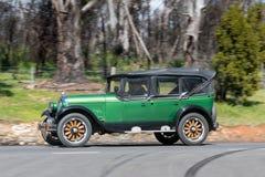 Voiture de tourisme 1926 de Chrysler 70 conduisant sur la route de campagne Images stock