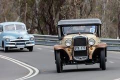 Voiture de tourisme 1928 de Pontiac conduisant sur la route de campagne Photo stock