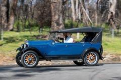 Voiture de tourisme 1926 de Pontiac 6-27 conduisant sur la route de campagne Photographie stock libre de droits