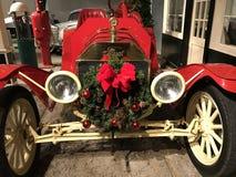 Voiture de tourisme 1907 de Ford Model K avec une guirlande de vacances et la BO rouges photos libres de droits