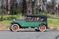 Voiture de tourisme 1928 nationale de Chevrolet ab conduisant sur la route de campagne Image stock