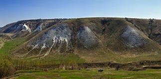 Voiture de touristes sur un fond des collines de craie sur les banques du D Photo libre de droits
