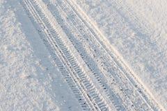 Voiture de traînée dans la neige Images libres de droits