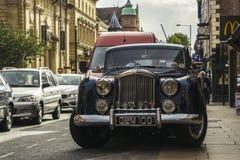 Voiture de vétéran de vintage de rue Images libres de droits