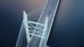 Voiture de ville se déplaçant au pont en route sur la vue douce de bourdon de surface de rivière de fond banque de vidéos