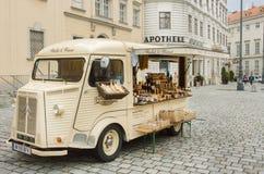 Voiture de vintage avec l'étalage, la nourriture et les cosmétiques du commerçant à vendre extérieur Photographie stock libre de droits