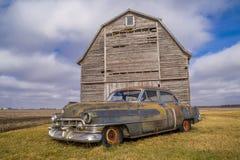Voiture de vintage et grange rustique Photos libres de droits