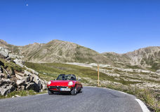 Voiture de vintage sur la plus haute route en Europe Photos stock
