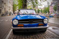 Voiture de vintage sur la rue le long d'un canal à Amsterdam Images libres de droits