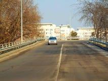 Voiture de vitesse sur la rue vide Image stock