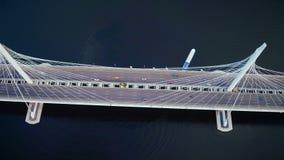 Voiture de vue de bourdon passant le pont moderne et le bateau en route flottant sur l'eau de rivière clips vidéos