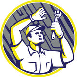 Voiture de Wrench Under Chassis de mécanicien automobile Photos libres de droits