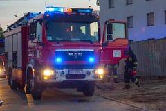 Voiture des sapeurs-pompiers dans l'action sur la rue de Pruszcz Gdanski images stock