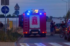 Voiture des sapeurs-pompiers dans l'action sur la rue de Pruszcz Gdanski photographie stock libre de droits