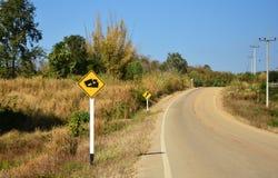 Voiture du trafic vers le haut de colline Image libre de droits