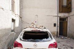 Voiture en blocaille de tremblement de terre, camp de secours de Rieti, Amatrice, Italie Images libres de droits