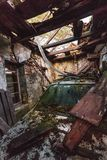 Voiture endommagée dans vieux caban en bois Photo libre de droits