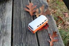 Voiture et automne photographie stock
