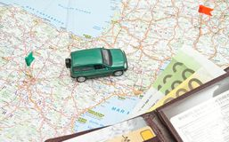 Voiture et portefeuille verts sur la carte Photographie stock