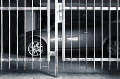 Voiture et sa protection contre des voleurs photos libres de droits