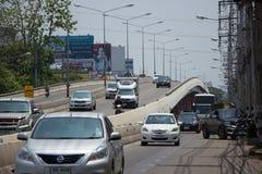 Voiture et trafic sur la route de route à l'aéroport Photo libre de droits