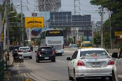 Voiture et trafic sur la route de route à l'aéroport Photos stock