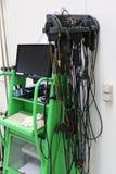 Voiture examinant avec des diagnostics d'adaptateur et de véhicule photographie stock libre de droits