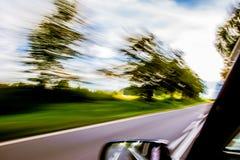 Voiture expédiant sur la route brouillée Photographie stock libre de droits