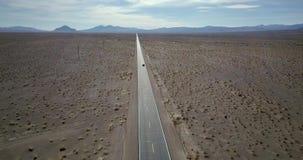 Voiture foncée de SUV sur la route dans Death Valley aux Etats-Unis banque de vidéos
