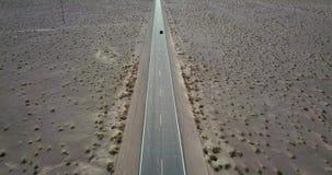 Voiture foncée de SUV sur la route dans Death Valley aux Etats-Unis clips vidéos
