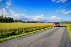 Voiture, fourgon conduisant sur la petite pays-route Photos libres de droits