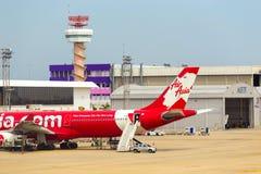 Voiture garée Don Mueang d'escalier d'avion d'Air Asia Image stock