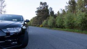 Voiture garée du côté de la route - conduisez sans risque le concept photographie stock