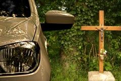 Voiture garée la croix Photo libre de droits