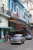Voiture grise classique dans la rue cubaine Photos libres de droits