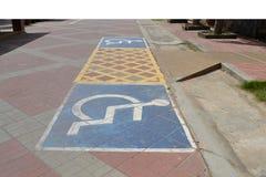 Voiture handicapée de stationnement photos stock