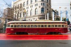 Voiture historique de rue transportant des passagers images libres de droits