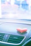Voiture intérieure avec le coeur rose avec le filtre léger bleu Images stock