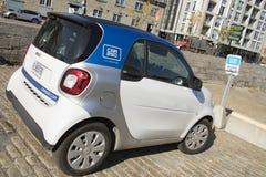 Voiture intelligente de Car2Go sur des rues de Montréal, Québec photos stock