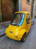 Voiture italienne minuscule garée sur la rue de Florence Photo stock