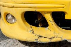 Voiture jaune d'accidents photo stock