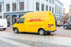 Voiture jaune de DHL sur la route images stock