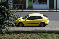 Voiture jaune de Seat Photo stock